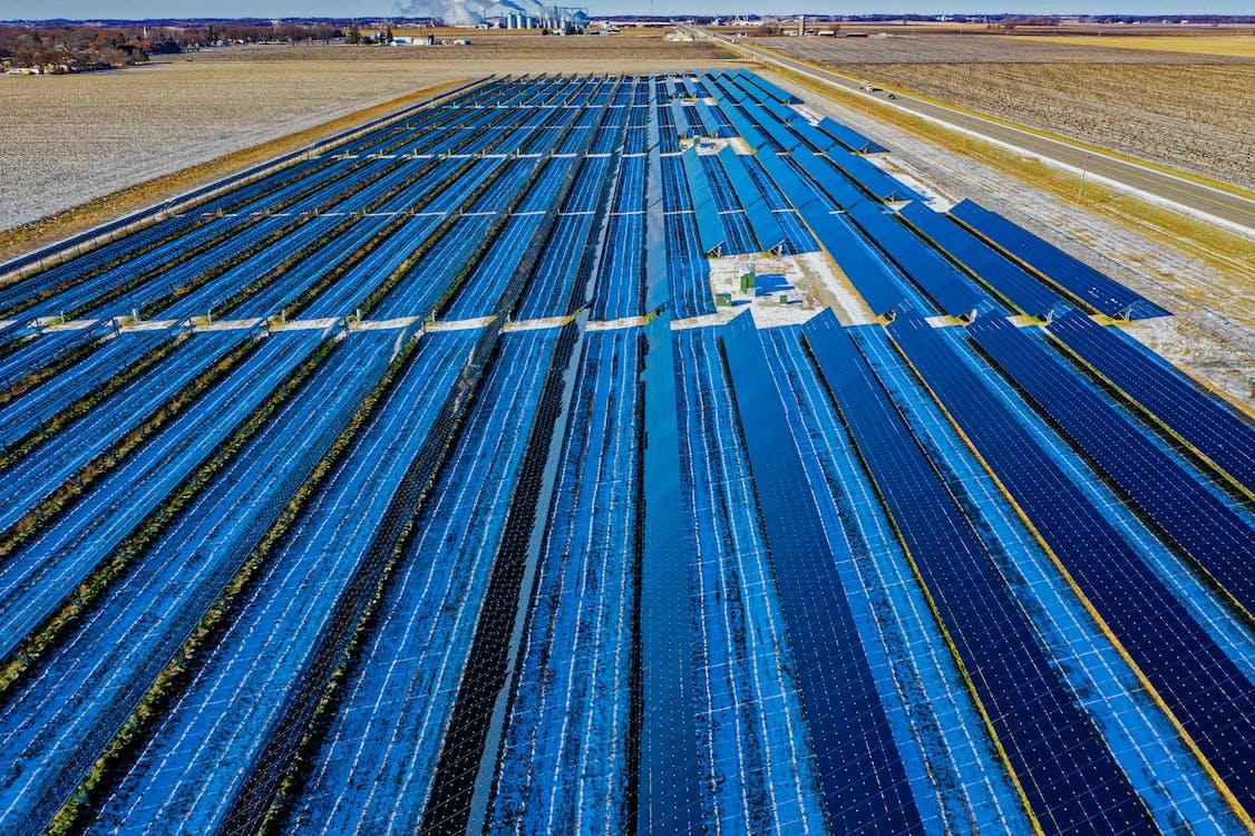 藍色太陽能電池板的航拍
