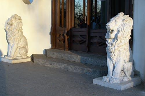 Ilmainen kuvapankkikuva tunnisteilla arkkitehtuuri, leijonat, linna, patsaat