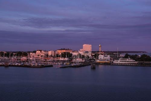 binalar, deniz, deniz kenarı, gemiler içeren Ücretsiz stok fotoğraf
