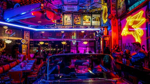 Ilmainen kuvapankkikuva tunnisteilla baari, ihmiset, ilta, musiikki