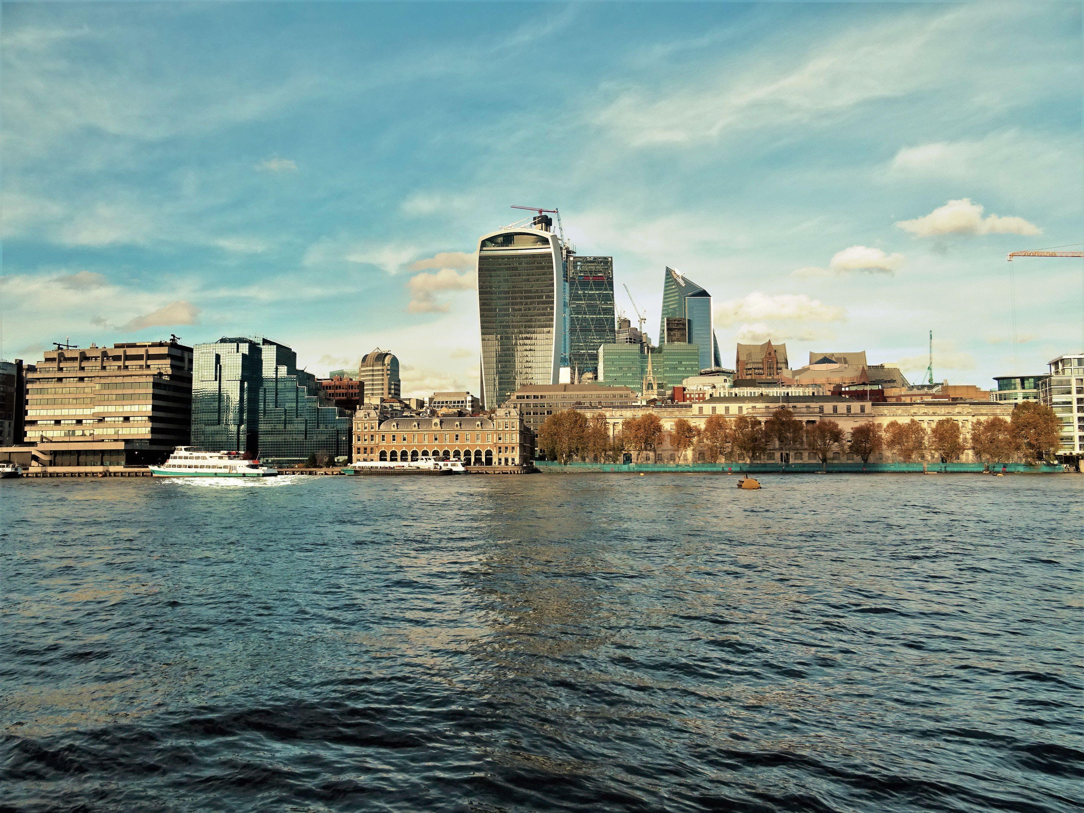 binalar, deniz, deniz kenarı, gökdelenler içeren Ücretsiz stok fotoğraf