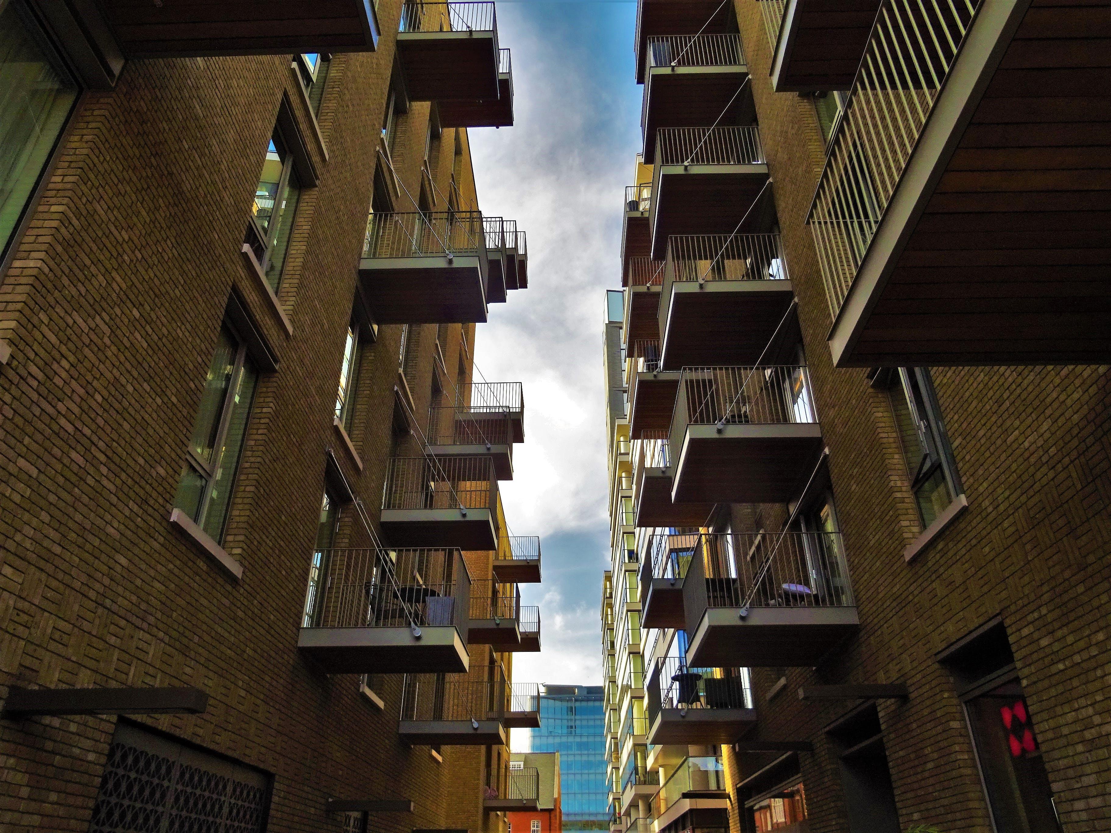 Fotos de stock gratuitas de arquitectura, balcones, edificios, foto de ángulo bajo