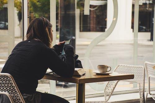 Foto d'estoc gratuïta de cafè, cafeteria, dona, ocupat