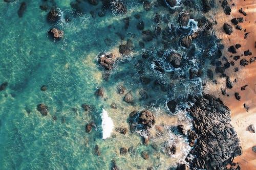 Kostenloses Stock Foto zu felsen, luftschuß, meer, meeresküste