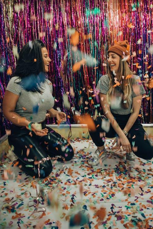 Бесплатное стоковое фото с веселье, девочки, женщины, конфетти