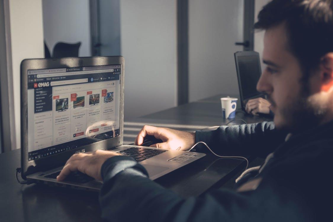 henkilö, ihminen, kannettava tietokone