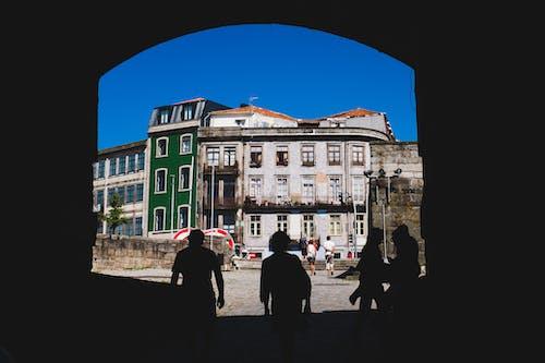 Ilmainen kuvapankkikuva tunnisteilla arkkitehtuuri, ihmiset, ikkunat, katu