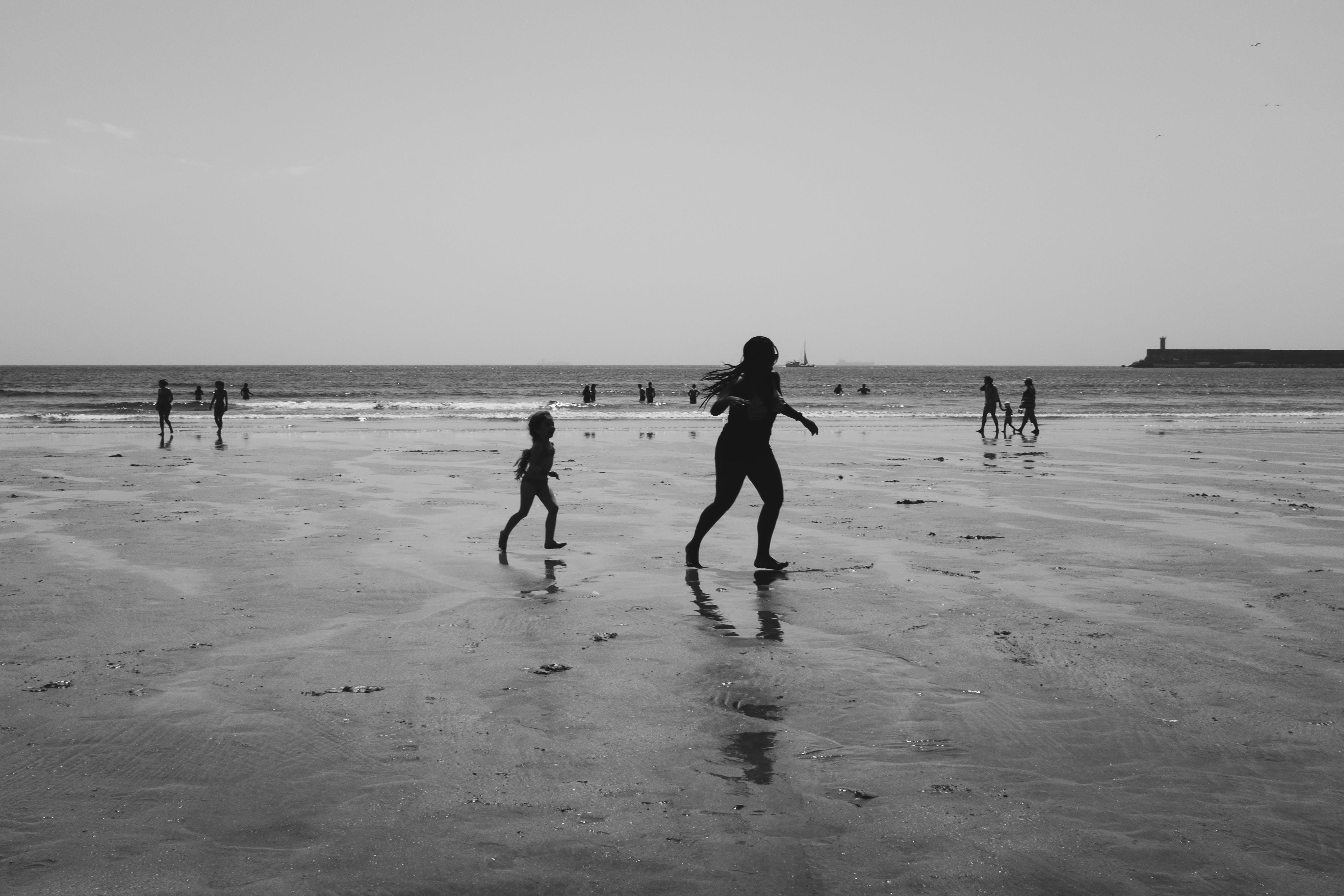 คลังภาพถ่ายฟรี ของ ขาวดำ, ชายทะเล, ชายหาด, ทราย