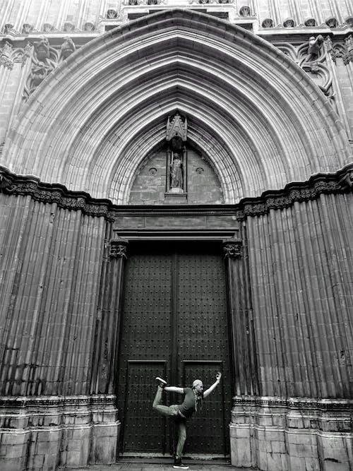 Foto stok gratis Arsitektur, gaya, hitam dan putih, laki-laki