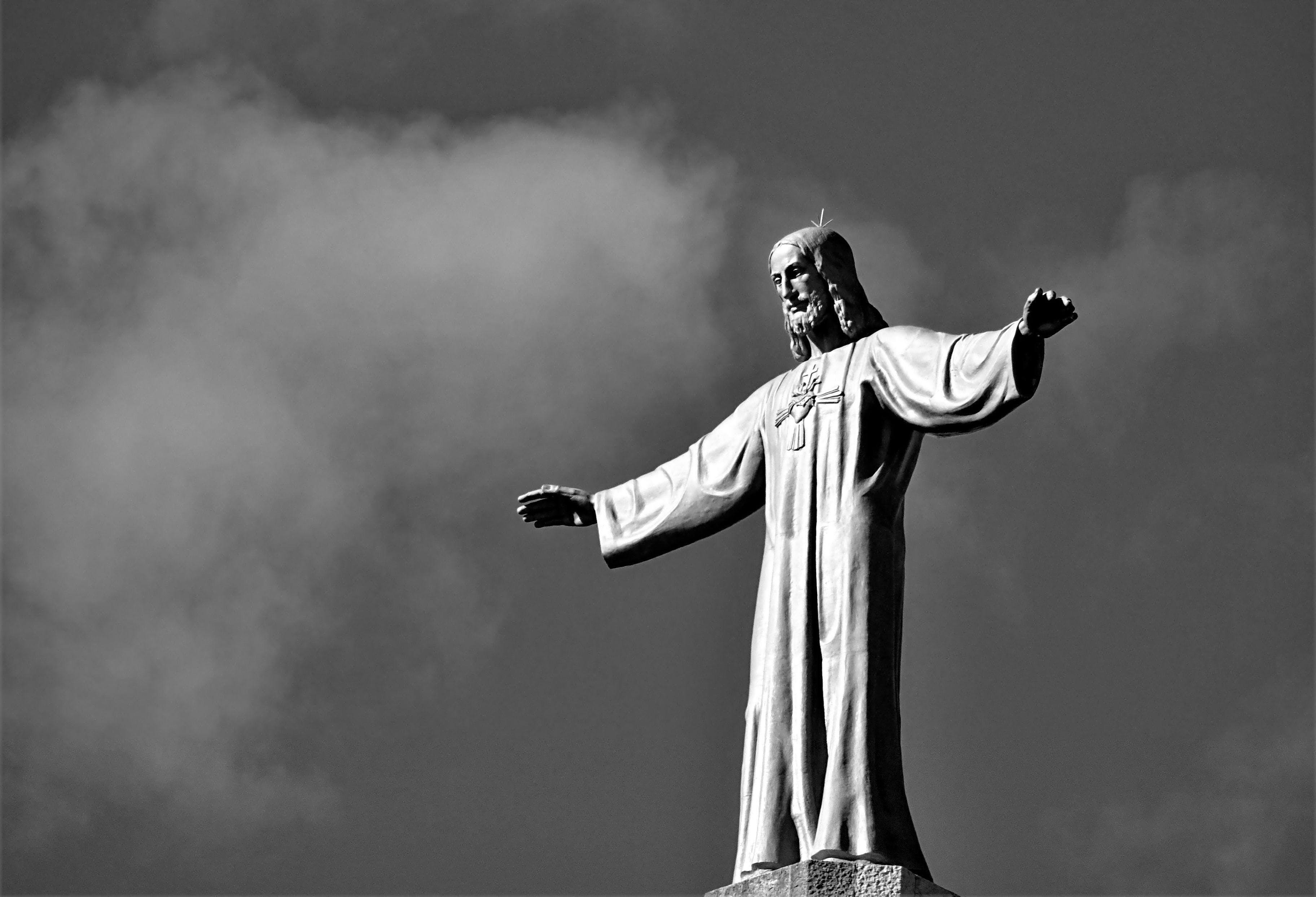Kostenloses Stock Foto zu jesus, schwarz und weiß, skulptur, statue