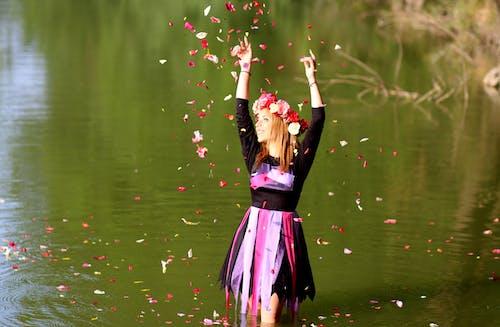 Kostenloses Stock Foto zu blumenkrone, frau, hübsch, konfetti
