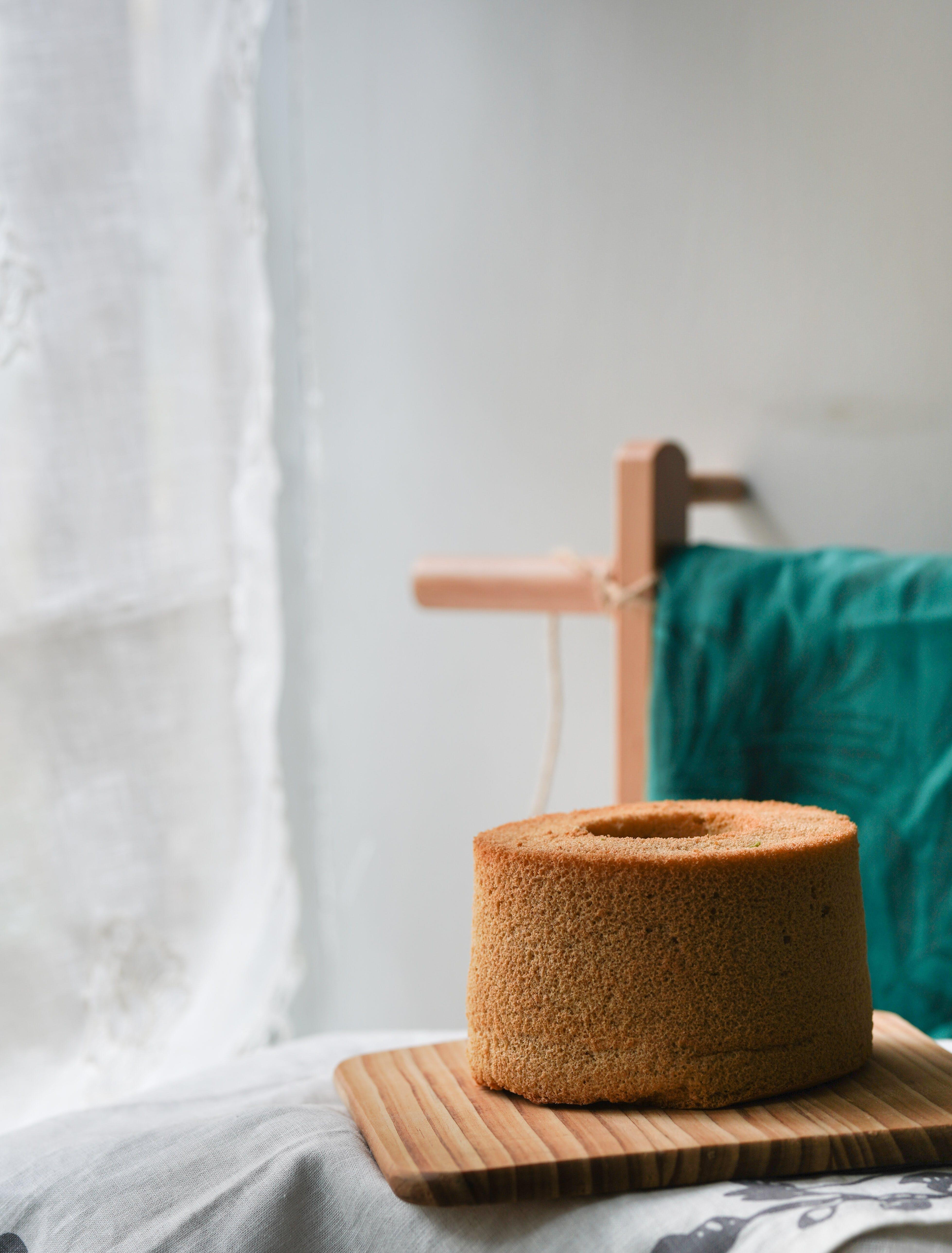 Darmowe zdjęcie z galerii z białe obrusy, ciasto, deska do krojenia, drewniany