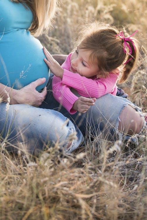 Criança Tocando Sua Mãe Cordeiro