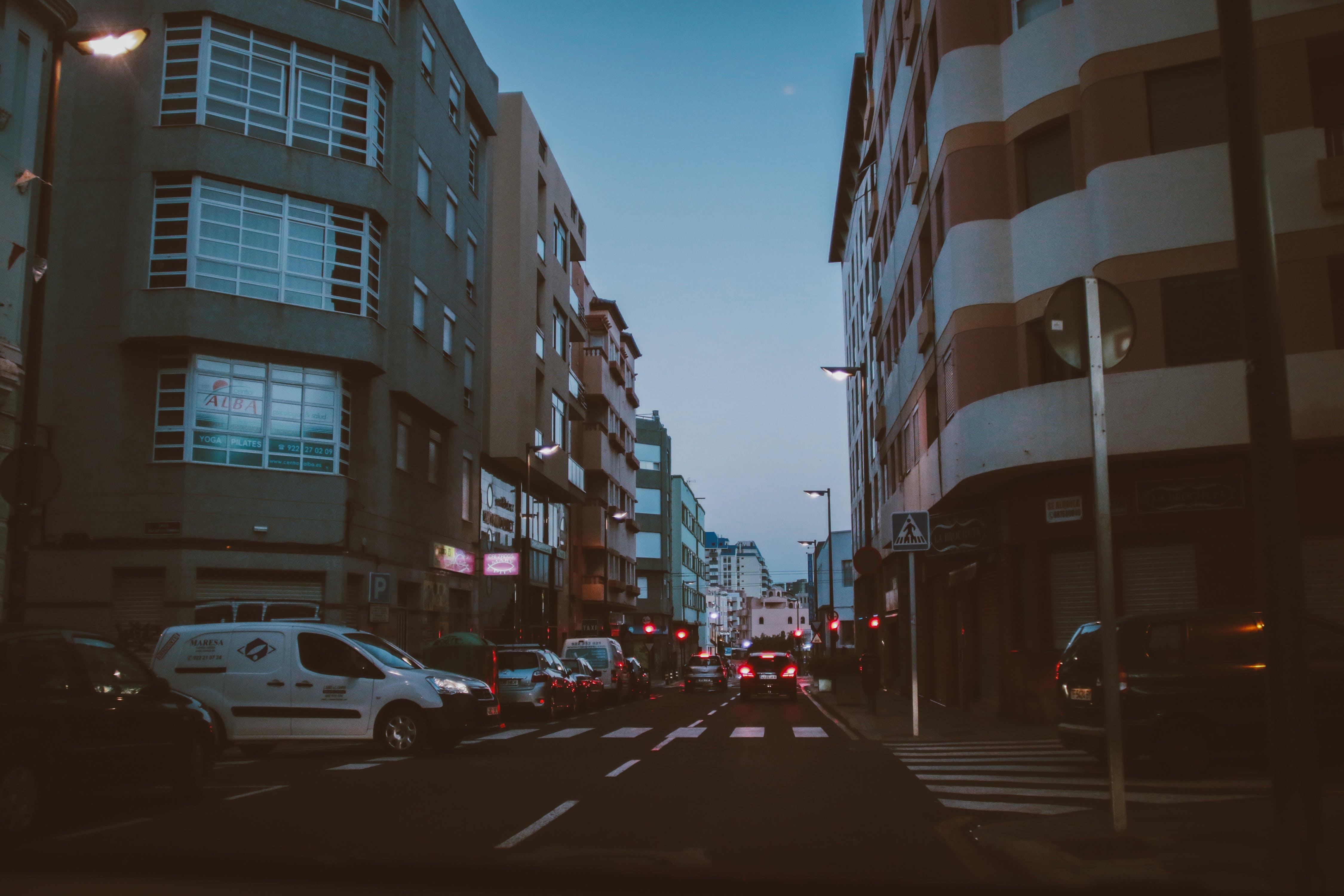 Gratis stockfoto met auto's, binnenstad, gebouwen, kanarie