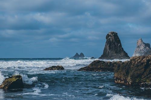 Fotobanka sbezplatnými fotkami na tému denné svetlo, hory, krajina, krajina pri mori