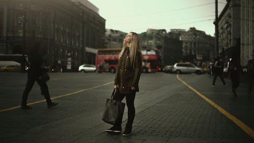Immagine gratuita di bellissimo, città, donna, femmina