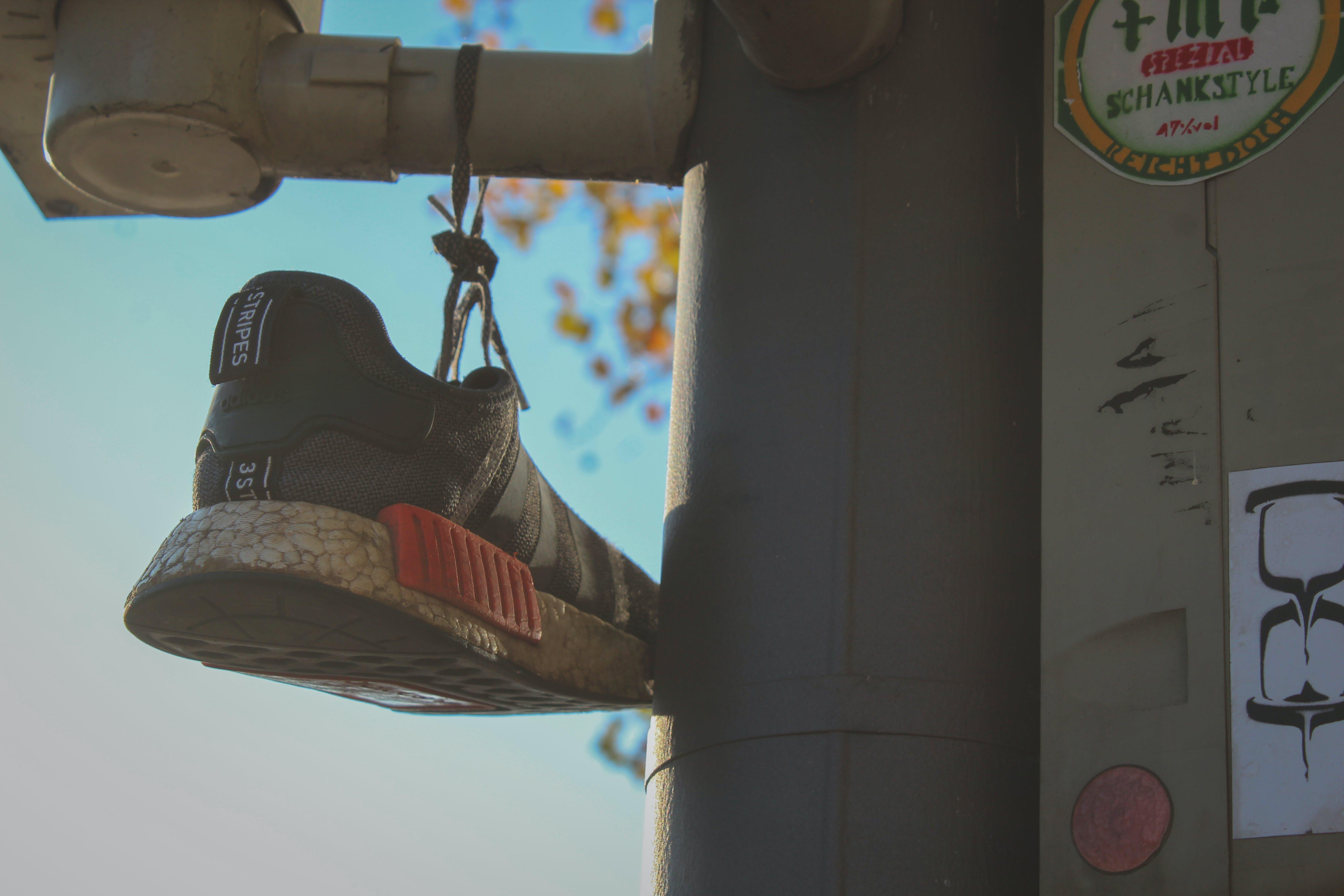 Kostenloses Stock Foto zu sneakers, traffic light