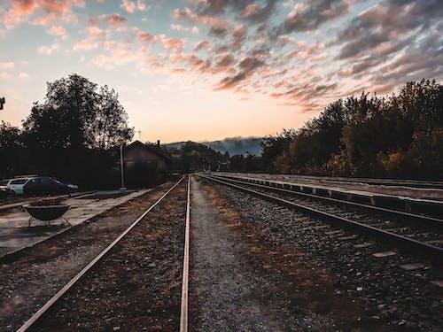 Darmowe zdjęcie z galerii z pociąg, poręcze, świt, tor kolejowy