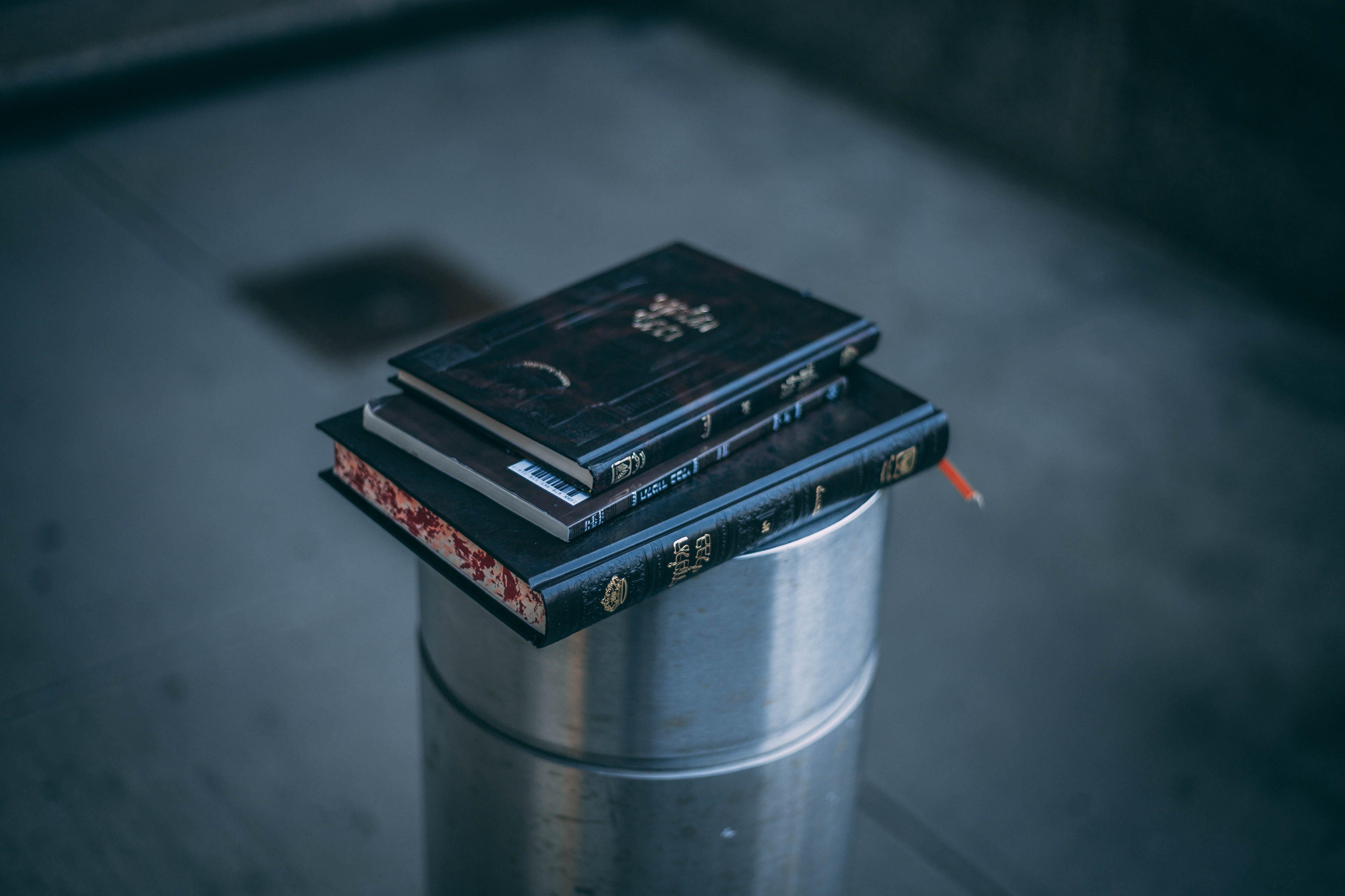 Kostenloses Stock Foto zu bücher, buchstapel, container, drinnen