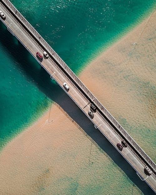 arabalar, deniz, hava çekimi, kuş bakışı içeren Ücretsiz stok fotoğraf