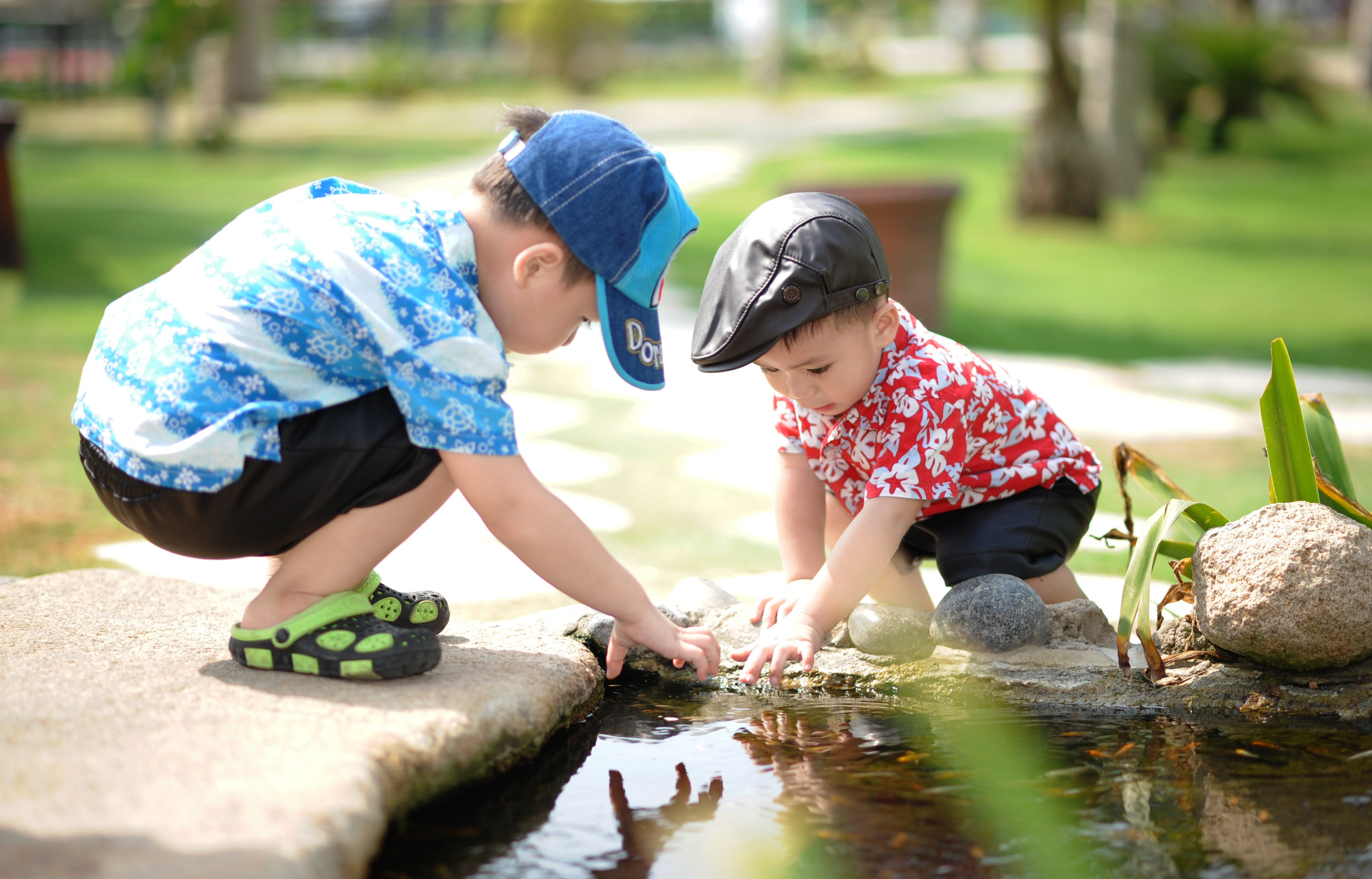 Imagine de stoc gratuită din adorabil, ajutor, apă, băieți