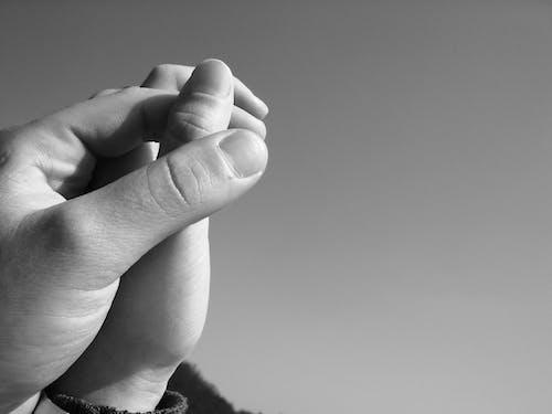 Foto d'estoc gratuïta de amor, blanc i negre, de la mà, dit gros