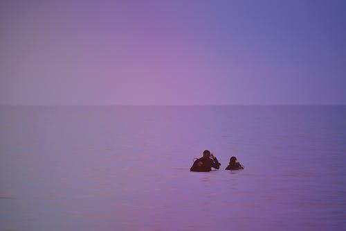 Gratis lagerfoto af bagbelyst, dykkere, folk, hav