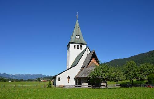 Foto profissional grátis de arquitetura, capela, construção, grama