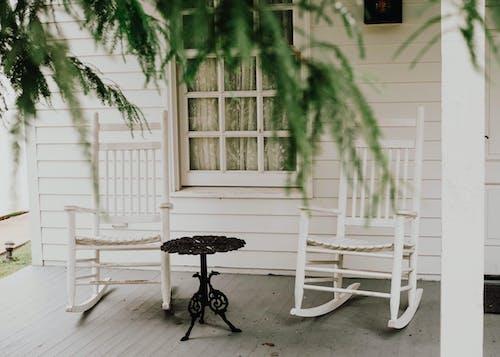 Kostnadsfri bild av fåtöljer, säten, stolar, veranda