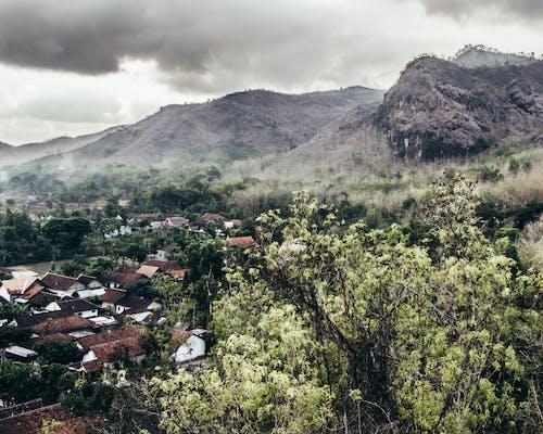 山, 曇り空, 村の無料の写真素材