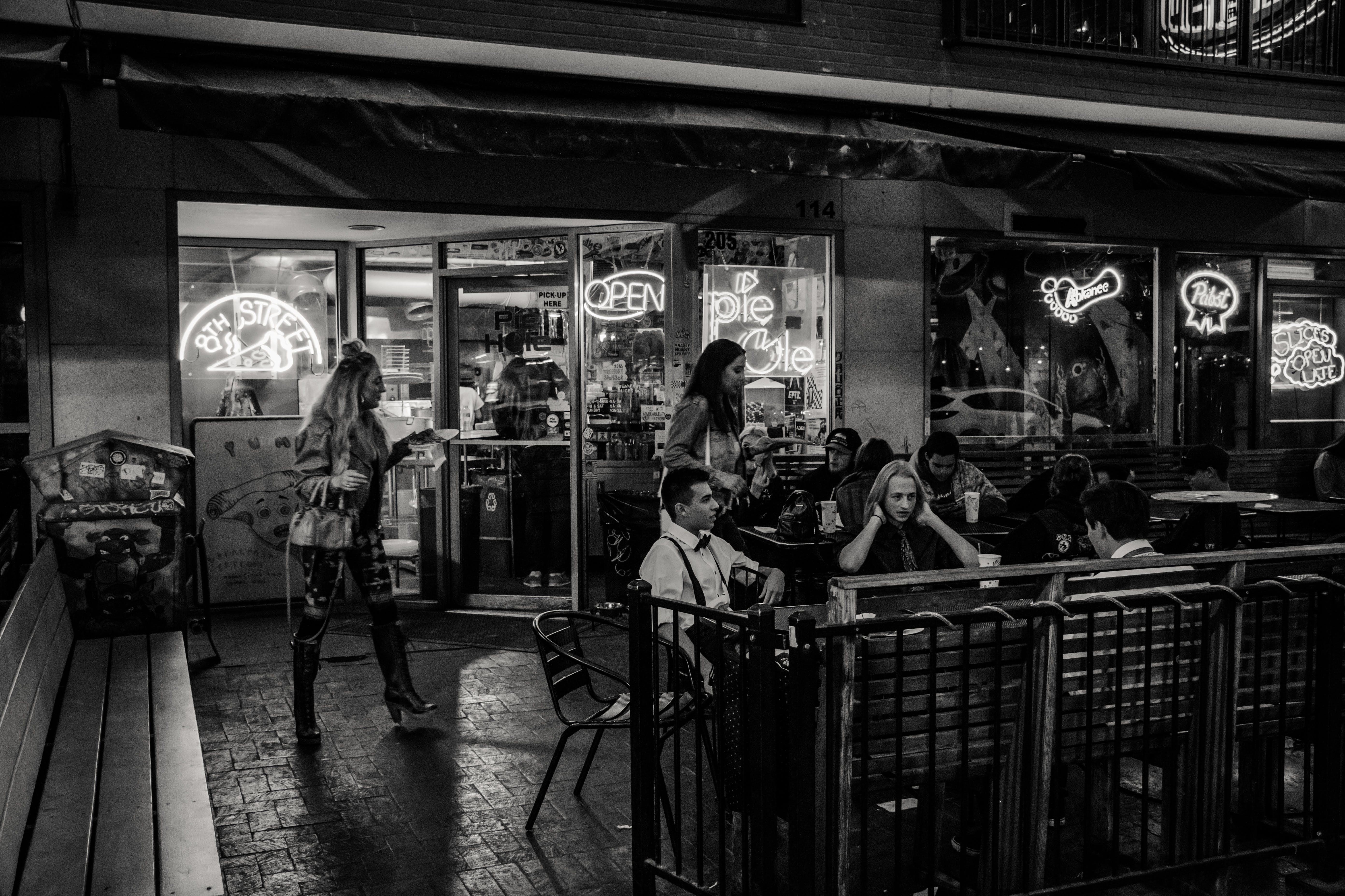 Kostenloses Stock Foto zu schwarz und weiß, restaurant, menschen, nacht