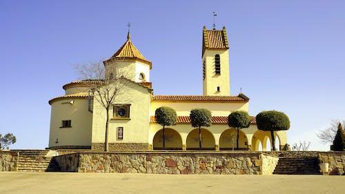 Foto profissional grátis de arquitetura, árvores, capela, concreto