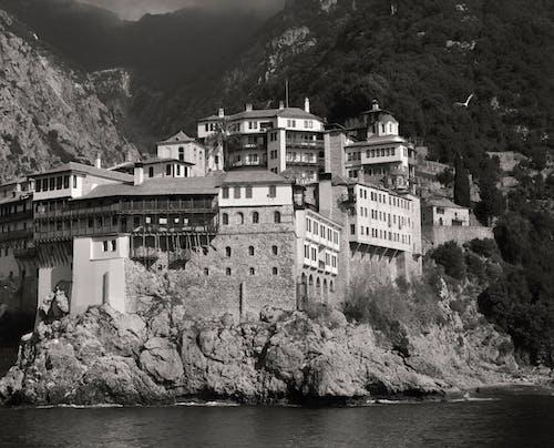 Δωρεάν στοκ φωτογραφιών με αρχιτεκτονική, ασπρόμαυρο, βουνό, γκρεμός