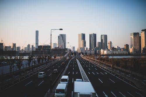 Δωρεάν στοκ φωτογραφιών με αρχιτεκτονική, αστικός, αυτοκίνητα, γραμμή ορίζοντα
