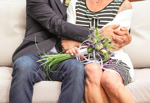 Foto stok gratis bunga pernikahan pria wanita merangkul
