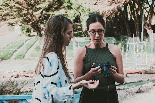 Δωρεάν στοκ φωτογραφιών με Άνθρωποι, γυαλιά, γυναίκες, δέντρα