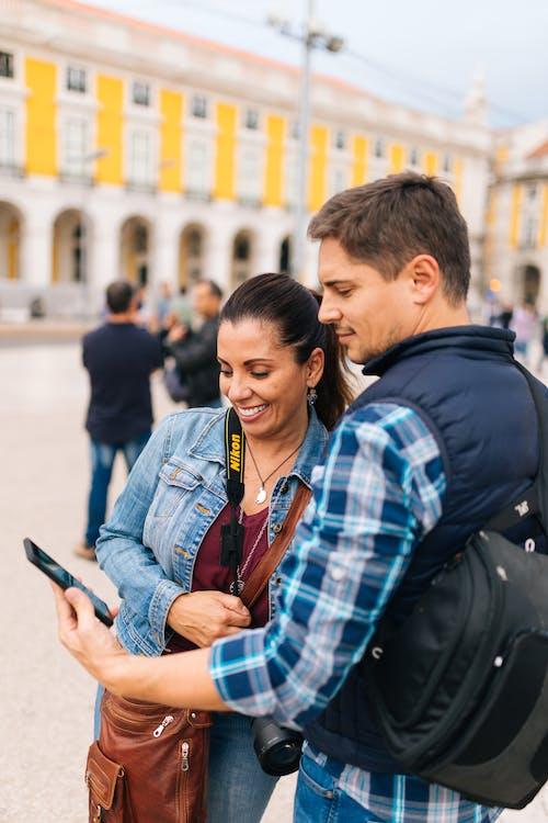 Mann Hält Smartphone Neben Frau