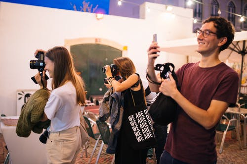 Gratis stockfoto met camera's, festival, fotografen, glimlach