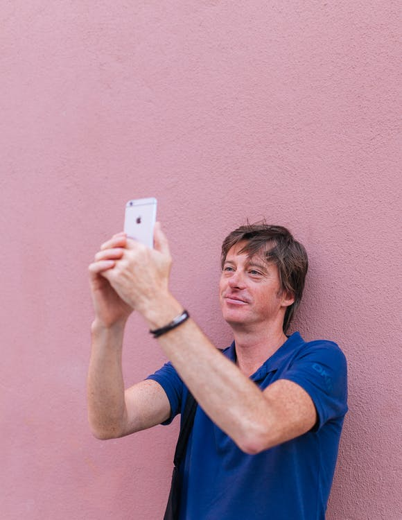 Mann, Der Selfie Beim Anlehnen An Der Wand Nimmt