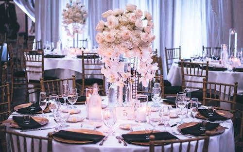 Fotos de stock gratuitas de adentro, asientos, banquetes, bodas