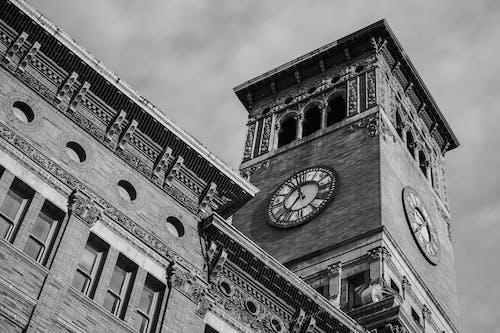 Fotografia In Scala Di Grigi Della Torre Dell'orologio