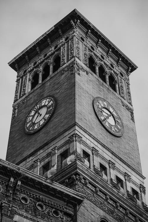 Fotografía En Escala De Grises De La Torre Del Reloj