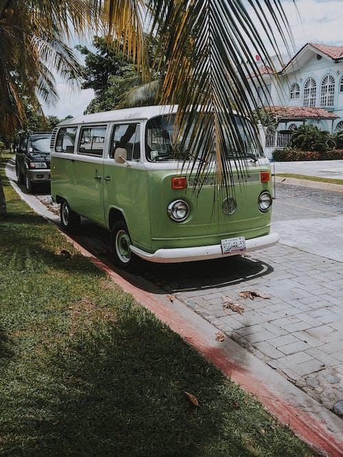Foto d'estoc gratuïta de automòbil, carrer, carretera, clàssic