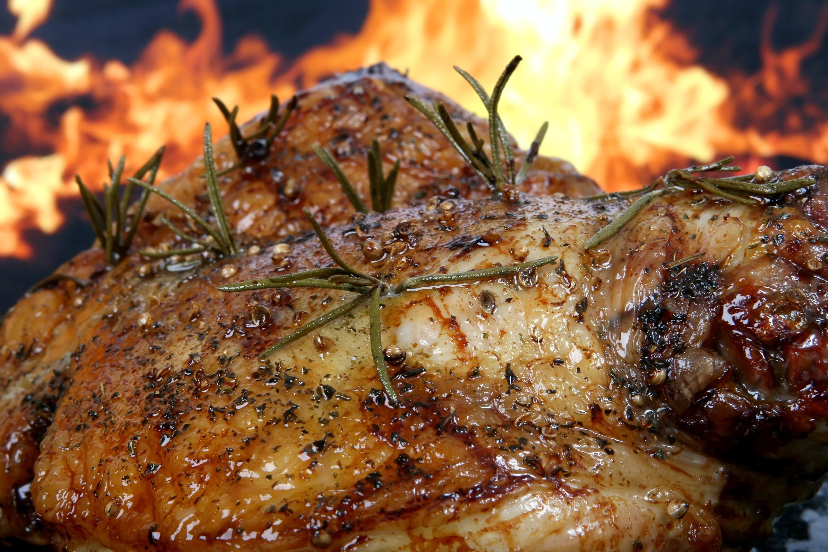 Foto profissional grátis de alecrim, alimento, ardente, carne