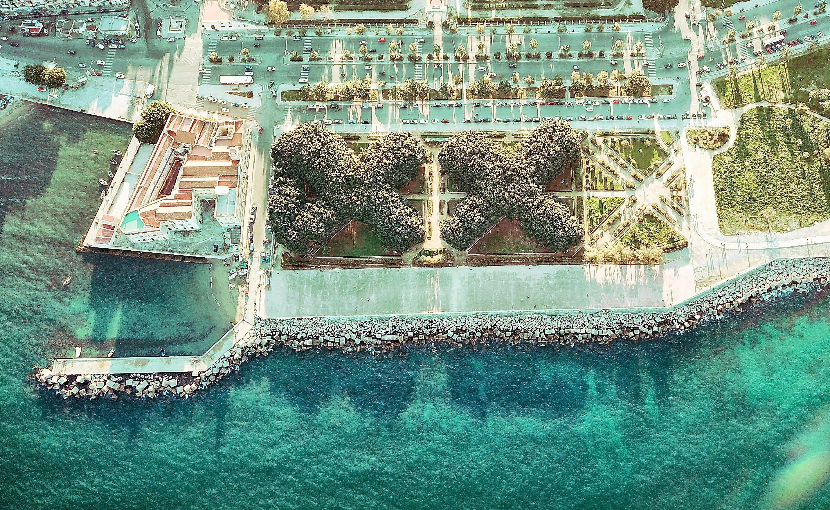 Δωρεάν στοκ φωτογραφιών με ακτή, αρχιτεκτονική, δέντρα, θάλασσα