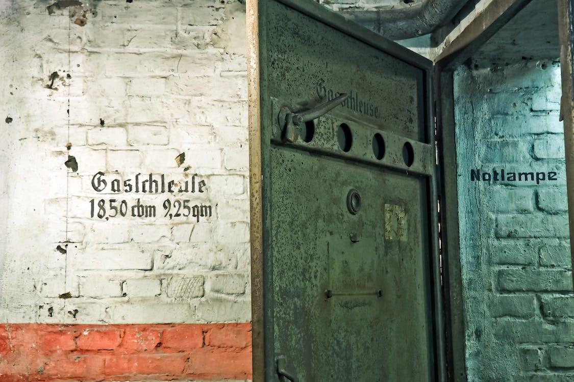 ประตู, ประวัติศาสตร์, ผนัง