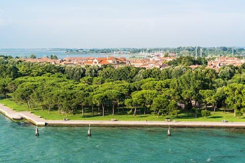 Gratis arkivbilde med by, bygninger, hav, sjø