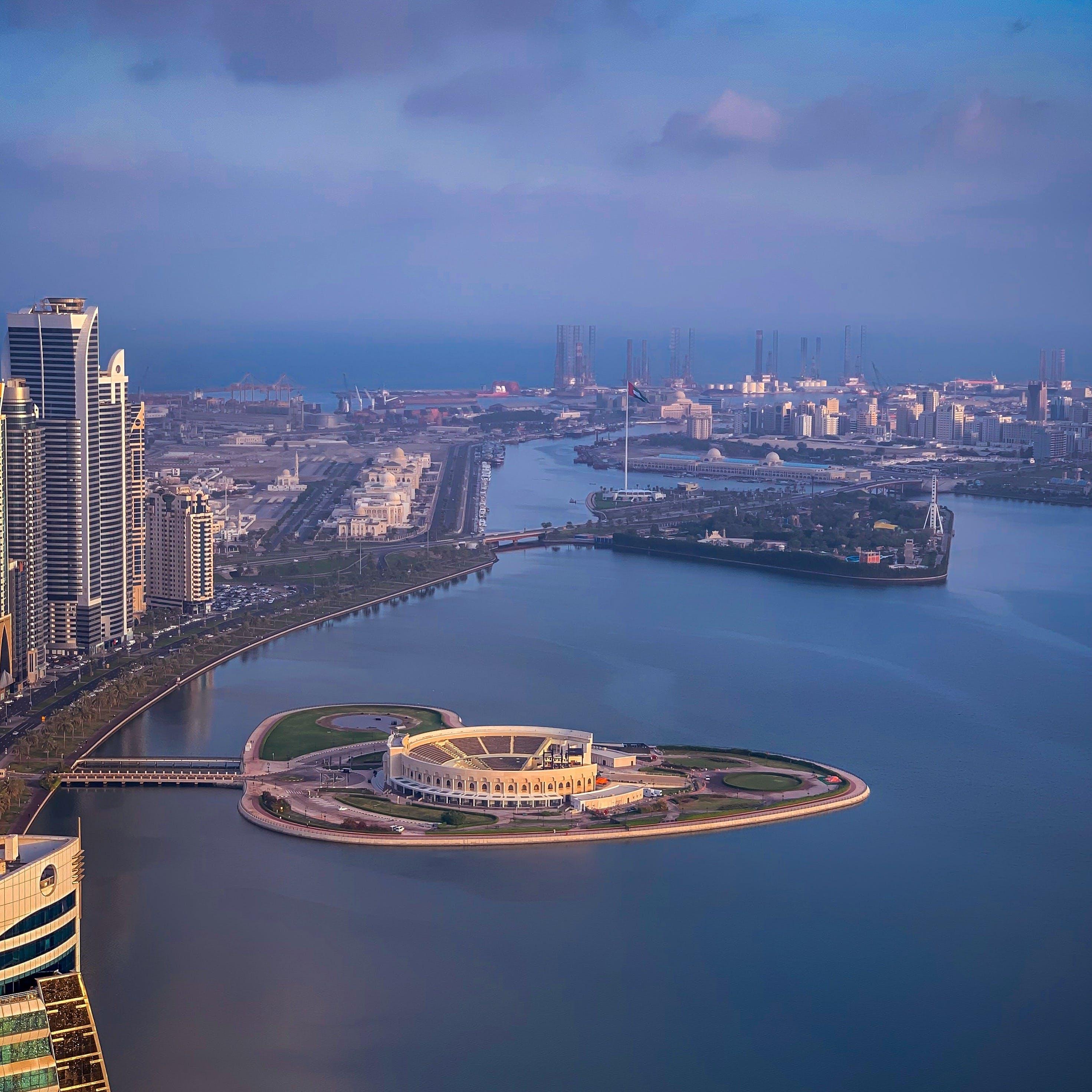 Безкоштовне стокове фото на тему «архітектура, будівлі, вода, гавань»