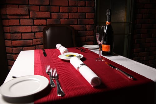 คลังภาพถ่ายฟรี ของ กระจก, กำแพงอิฐ, ขวดไวน์, ของบนโต๊ะอาหาร