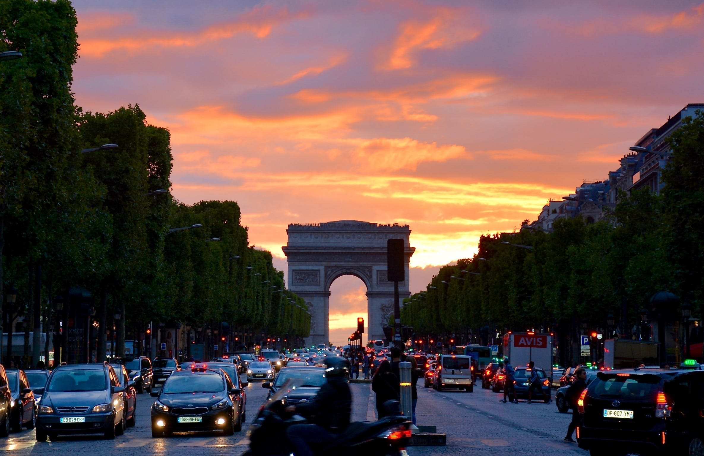 Crowded Street With Cars Along Arc De Triomphe